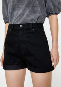 PULL&BEAR - FIT MIT UMGESCHLAGENEM SAUM  - Short en jean - metallic black - 2