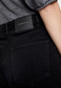 PULL&BEAR - FIT MIT UMGESCHLAGENEM SAUM  - Short en jean - metallic black - 4