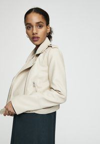 PULL&BEAR - Giacca in similpelle - beige - 4