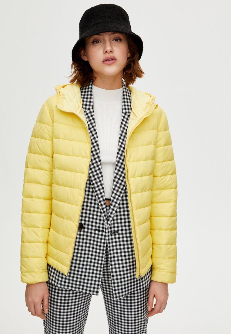 PULL&BEAR - Kurtka zimowa - yellow