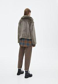 PULL&BEAR - MIT  REVERSKRAGEN  - Winterjas - gray - 2