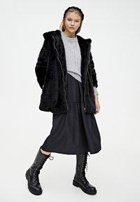 PULL&BEAR - MANTEL AUS KUNSTFELL MIT KAPUZE 05750201 - Płaszcz zimowy - black - 1