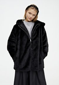 PULL&BEAR - MANTEL AUS KUNSTFELL MIT KAPUZE 05750201 - Płaszcz zimowy - black - 3