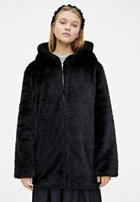 PULL&BEAR - MANTEL AUS KUNSTFELL MIT KAPUZE 05750201 - Płaszcz zimowy - black - 0