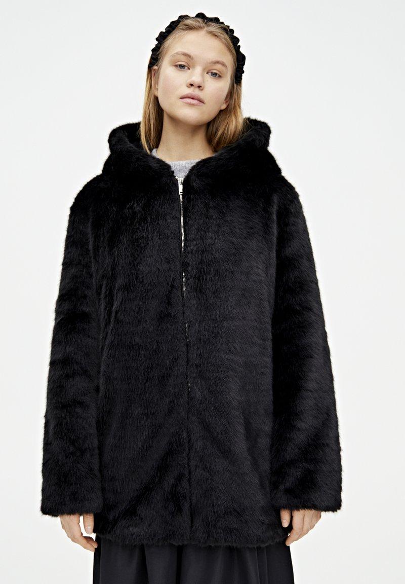 PULL&BEAR - MANTEL AUS KUNSTFELL MIT KAPUZE 05750201 - Płaszcz zimowy - black