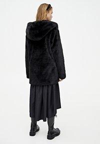 PULL&BEAR - MANTEL AUS KUNSTFELL MIT KAPUZE 05750201 - Płaszcz zimowy - black - 2