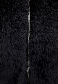 PULL&BEAR - MANTEL AUS KUNSTFELL MIT KAPUZE 05750201 - Płaszcz zimowy - black - 5