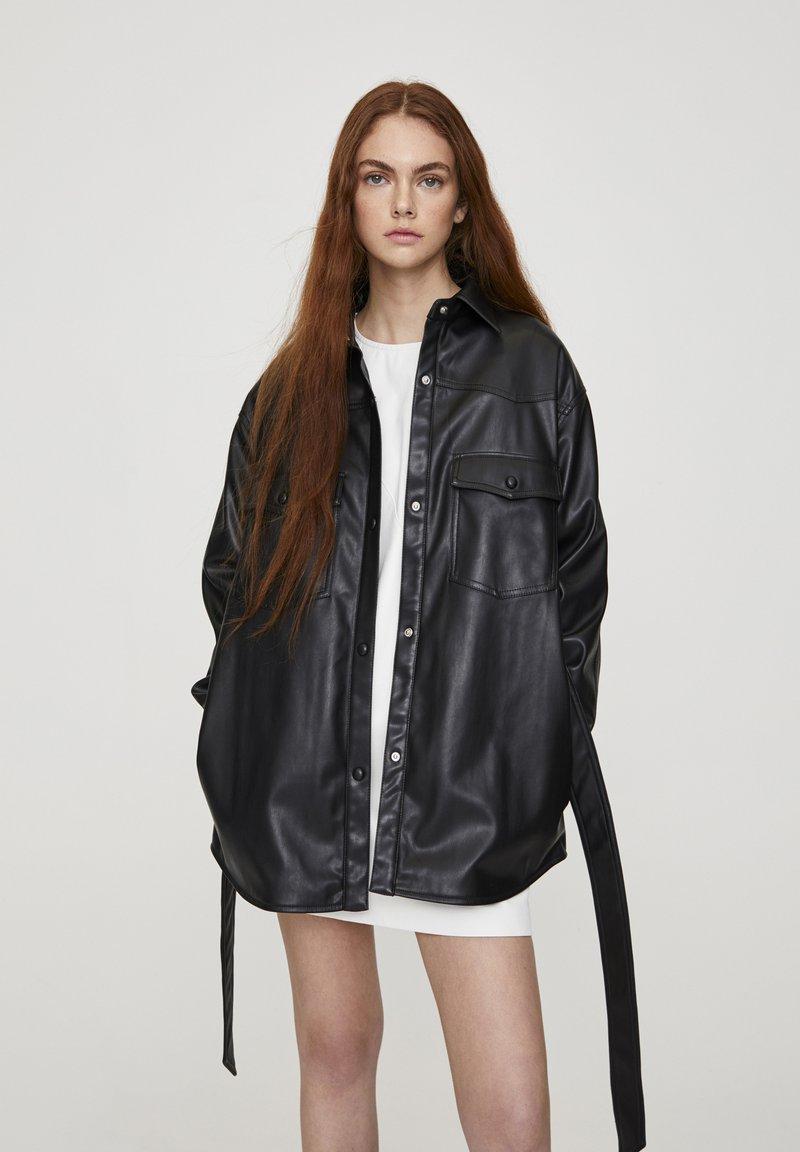 PULL&BEAR - Krátký kabát - black