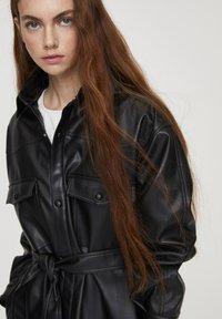 PULL&BEAR - Krátký kabát - black - 3