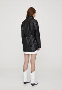 PULL&BEAR - Krátký kabát - black - 2