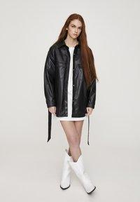 PULL&BEAR - Krátký kabát - black - 1