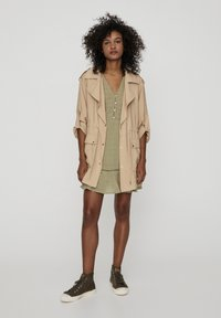 PULL&BEAR - SAHARIANA - Krótki płaszcz - beige - 1