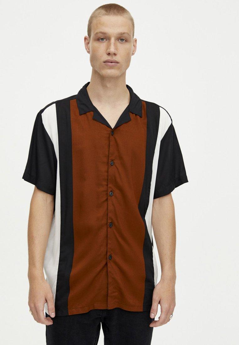 PULL&BEAR - MIT STREIFEN IM BOWLING-STIL - Shirt - black