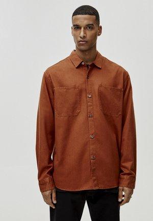 MIT VORDERTASCHEN - Overhemd - brown