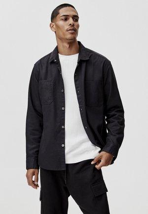 MIT VORDERTASCHEN - Overhemd - black