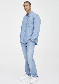 PULL&BEAR - MIT LANGEN ÄRMELN  - Koszula - light blue - 1