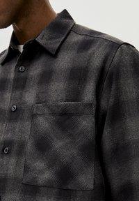 PULL&BEAR - Skjorter - grey - 4