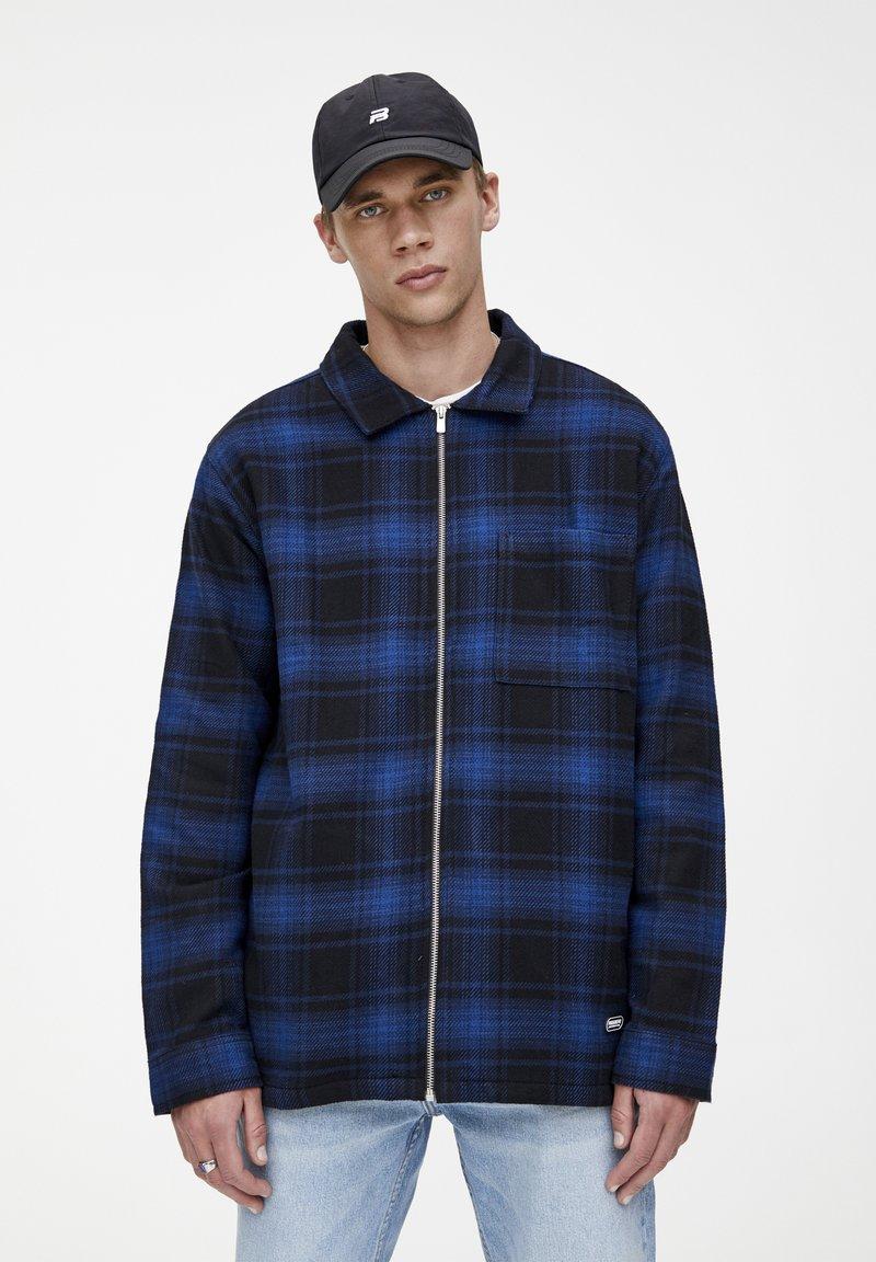 PULL&BEAR - MIT REISSVERSCHLUSS  - Košile - blue