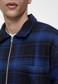 PULL&BEAR - MIT REISSVERSCHLUSS  - Košile - blue - 4