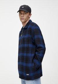 PULL&BEAR - MIT REISSVERSCHLUSS  - Košile - blue - 3