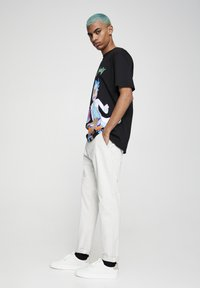PULL&BEAR - Chino kalhoty - white - 3