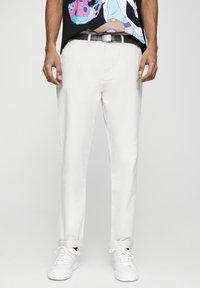 PULL&BEAR - Chino kalhoty - white - 0