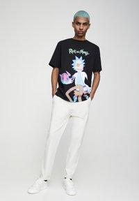 PULL&BEAR - Chino kalhoty - white - 1