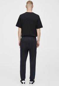 PULL&BEAR - IN KONTRASTFARBEN - Teplákové kalhoty - black - 2