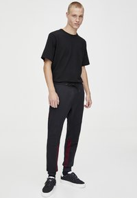 PULL&BEAR - IN KONTRASTFARBEN - Teplákové kalhoty - black - 1