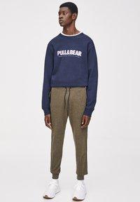 PULL&BEAR - Pantalon de survêtement - khaki - 0
