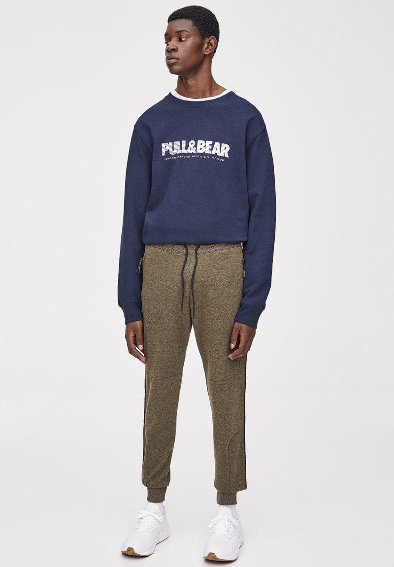 PULL&BEAR - Pantalon de survêtement - khaki