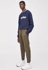 PULL&BEAR - Pantalon de survêtement - khaki - 1