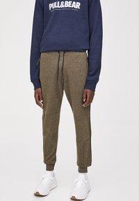 PULL&BEAR - Pantalon de survêtement - khaki - 3