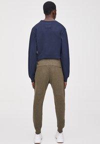 PULL&BEAR - Pantalon de survêtement - khaki - 2