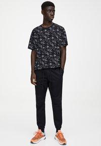 PULL&BEAR - Teplákové kalhoty - mottled black - 1