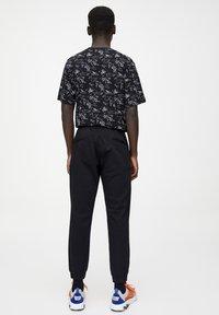 PULL&BEAR - Teplákové kalhoty - mottled black - 2