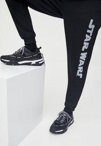 PULL&BEAR - STAR WARS  - Pantaloni sportivi - black - 5