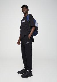 PULL&BEAR - BASIC - Spodnie treningowe - black - 1