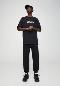 PULL&BEAR - BASIC - Spodnie treningowe - black - 3