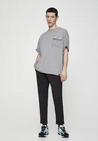PULL&BEAR - Spodnie treningowe - dark grey - 1