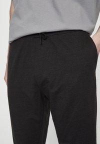 PULL&BEAR - Spodnie treningowe - dark grey - 4