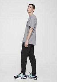 PULL&BEAR - Spodnie treningowe - dark grey - 3