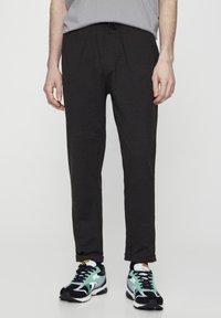 PULL&BEAR - Spodnie treningowe - dark grey - 0