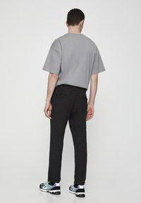 PULL&BEAR - Spodnie treningowe - dark grey - 2