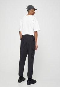 PULL&BEAR - MIT TASCHEN  - Cargo trousers - mottled black - 2