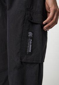 PULL&BEAR - MIT TASCHEN  - Cargo trousers - mottled black - 4