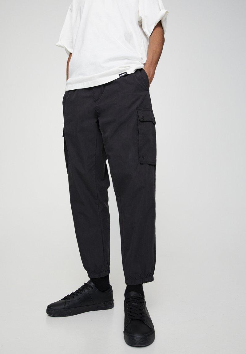 PULL&BEAR - MIT TASCHEN  - Cargo trousers - mottled black