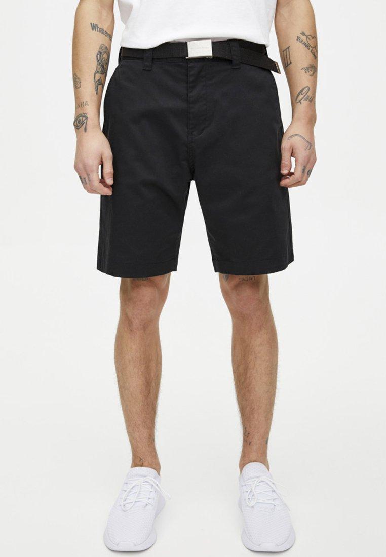 PULL&BEAR - BERMUDA MIT TASCHEN - Shorts - black