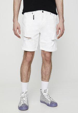 MIT ZIERRISSEN - Jeansshort - white