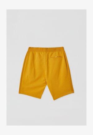 MIT FARBLICH ABGESETZTEM GÜRTEL - Shorts - mustard yellow